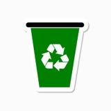 Ricicli il recipiente con riciclano l'autoadesivo del segno Fotografie Stock Libere da Diritti