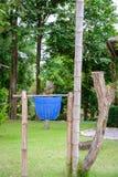 Ricicli il recipiente in giardino con la torre di bambù Fotografia Stock