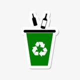 Ricicli il recipiente per vetro con riciclano l'autoadesivo del segno Fotografia Stock