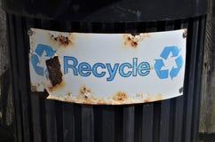 Ricicli il segno sul bidone della spazzatura nero Immagini Stock Libere da Diritti