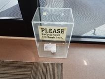 Ricicli prego il vostro segno dell'opuscolo qui sulla scatola di plastica fotografie stock libere da diritti