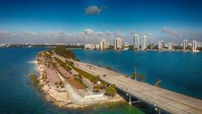 Rickenbacker堤道在迈阿密,佛罗里达 在beauti的鸟瞰图 库存图片