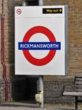 Rickmansworth London underjordiskt storstads- j?rnv?g tecken royaltyfria foton