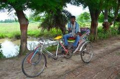 Ricksaw-Abziehvorrichtung in Indien Stockfotos
