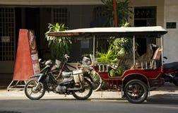 Rickshaw på gatan i Phnom Penh Royaltyfri Foto