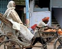 Rickshaw som en är dragna in Varanassi, Indien royaltyfria bilder