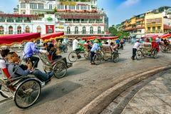 Rickshaw som kör runt om fyrkant i gamla fjärdedelar i Hanoi, Vietnam royaltyfria foton