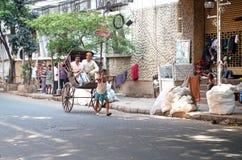 Rickshawchaufför som arbetar i Kolkata, Indien Royaltyfri Foto