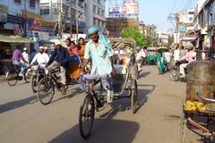 Rickshawchaufför som arbetar på gatan av den indiska staden Arkivbild