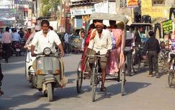 Rickshawchaufför som arbetar på gatan av den indiska staden Arkivbilder