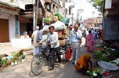Rickshawchaufför som arbetar på gatan av den indiska staden Royaltyfri Fotografi