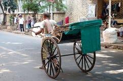 Rickshawchaufför som arbetar i Kolkata, Indien Royaltyfri Fotografi