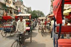 Rickshaws för en trehjuling på gatorna Delhi Arkivfoton