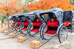 Rickshaws i parkera Nara, Japan royaltyfri fotografi