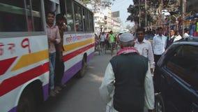Rickshaws kör förbi gatan i Dhaka, Bangladesh lager videofilmer