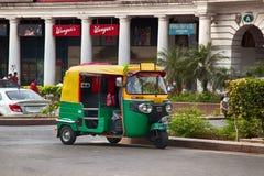 Rickshawtaxi i gator av huvudstad Arkivfoton