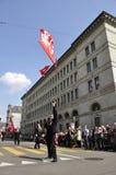 Rico-ciudad del ¼ de ZÃ: Funcionamiento suizo de la bandera delante de National Bank suizo en Bahnhofstrasse foto de archivo libre de regalías