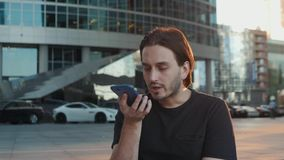 Riconoscimento della voce dell'uomo con lo Smart Phone in trasporto pubblico del treno della stazione ferroviaria, audio studente video d archivio