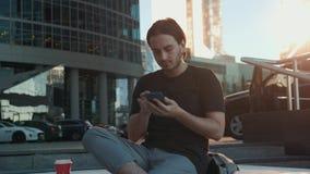 Riconoscimento della voce dell'uomo con lo Smart Phone in trasporto pubblico del treno della stazione ferroviaria, audio studente stock footage