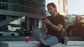 Riconoscimento della voce dell'uomo con lo Smart Phone in trasporto pubblico del treno della stazione ferroviaria, audio studente archivi video