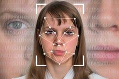 Riconoscimento di fronte della donna - verifica biometrica fotografia stock