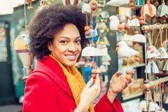 Ricordi d'acquisto della bella donna in negozio di regalo Immagine Stock Libera da Diritti
