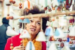 Ricordi d'acquisto della bella donna in negozio di regalo Fotografia Stock Libera da Diritti
