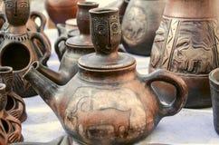 Ricordi delle teiere dell'argilla con l'ornamento di sollievo Fotografia Stock