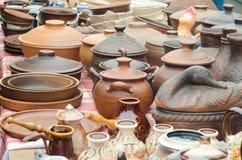 Ricordi fatti dei vasi ceramici di marrone dell'argilla Fotografie Stock Libere da Diritti