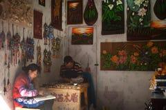 Ricordi fatti di legno dal negozio fatto a mano nella vecchia città di Dayan. Fotografie Stock