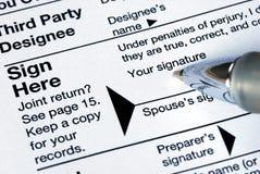 Ricordi firmare la dichiarazione dei redditi prima di voi posta fotografia stock libera da diritti
