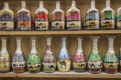 Ricordi locali tradizionali in Giordania Bottiglie con il san variopinto fotografie stock libere da diritti