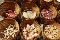 Ricordi - merci nel carrello di menzogne delle conchiglie, Pomorie, Bulgaria, il 27 luglio 2014 Immagini Stock