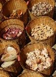 Ricordi - merci nel carrello di menzogne delle conchiglie, Pomorie, Bulgaria, il 27 luglio 2014 Fotografie Stock Libere da Diritti