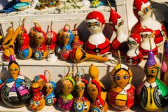 Ricordi variopinti dei giocattoli: ragazza e Santa Claus Mercato tradizionale Turchia bazaar immagine stock libera da diritti