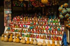 Ricordi variopinti dei giocattoli: ragazza e Santa Claus Mercato tradizionale Turchia bazaar fotografia stock libera da diritti