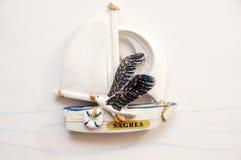 Ricordo del ` s di Sagre: barca a vela con un gabbiano portugal Immagine Stock