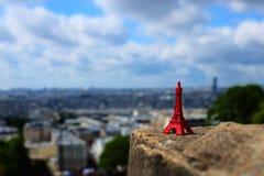 Ricordo di mini torre Eiffel rossa Fotografia Stock Libera da Diritti