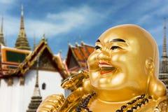 Ricordo dorato di Buddha sopra la casa della Cina Immagini Stock