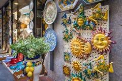 Ricordo siciliano tipico in ceramico simbolizzando il sole ed in triscele - simbolo della Sicilia fotografia stock