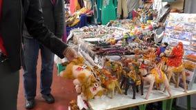 Ricordo turistico di raccolto nel mercato di Marakesh Marakech video d archivio