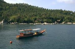 Ricorso dei bungalow e della barca su KOH Tao Fotografia Stock
