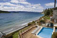 Ricorso dell'hotel dal puntello del lago Fotografia Stock
