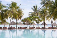 ricorso di festa ad una spiaggia tropicale Immagini Stock Libere da Diritti