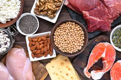 Ricos naturais no alimento da proteína - carne, aves domésticas, ovos, leiteria, porcas e feijões Alimento saudável e conceito da foto de stock royalty free