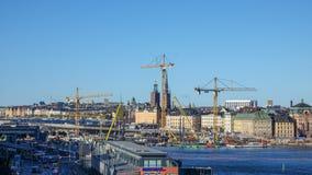 Ricostruzione dell'area della chiusa in svedese: Slussenområdet o Slussen localmente immagini stock
