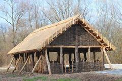 Ricostruzione della struttura di legno, che ha servito da alloggio per la gente in anticipo dell'Europa centrale Streptococco arc Fotografia Stock