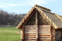 Ricostruzione della struttura di legno, che ha servito da alloggio per la gente in anticipo dell'Europa centrale Streptococco arc Fotografie Stock