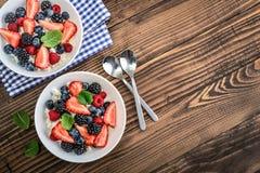 Ricotta con berrie fresco immagini stock libere da diritti