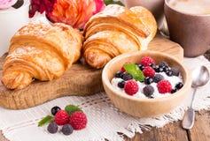 Ricotta con le bacche, la tazza di caffè ed i croissant freschi fotografie stock